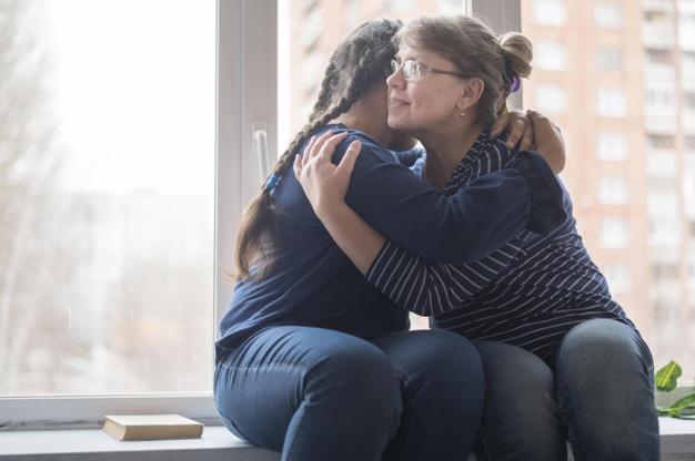 Madre e hija abrazandose